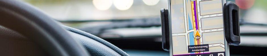 Gros plan sur une application gps pour smartphone dans une voiture